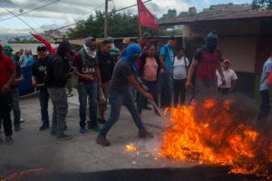 Protesters maintain burning tires in Villanueva, Tegucigalpa December 2017