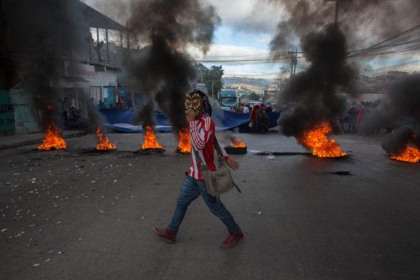 Protesters burn tires in Villanueva, Tegucigalpa December 2017 – Appeared in The Progressive